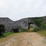 曲線を描く城壁が特徴的な世界遺産・座喜味城跡(沖縄編3/4)